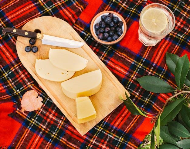 Kaas op houten hakbord voor picknick Gratis Foto