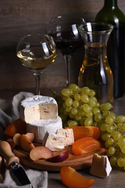 Kaascamembert met fruit en wijn Premium Foto