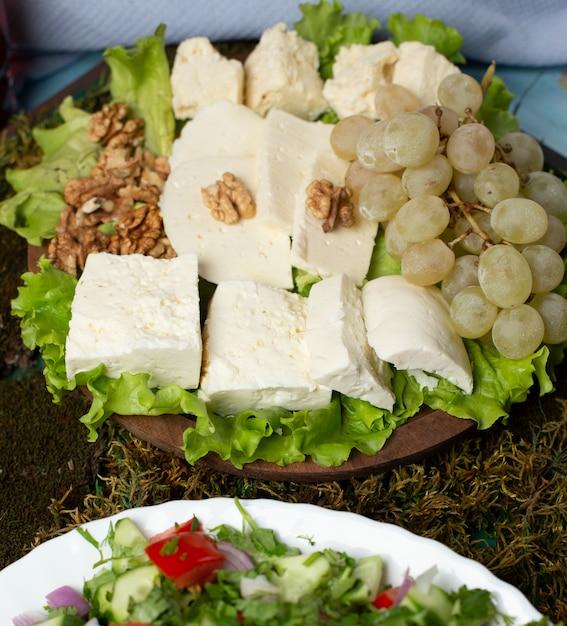 Kaasplaat met groene druiven en noten. Gratis Foto