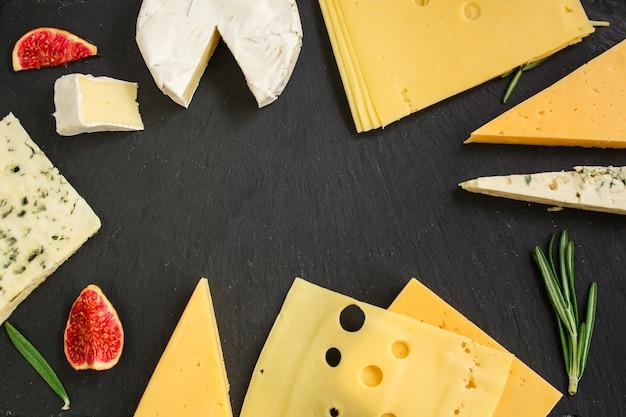 Kaasvariëteit (heerlijke snack, verschillende soorten harde en zachte kaas) Premium Foto
