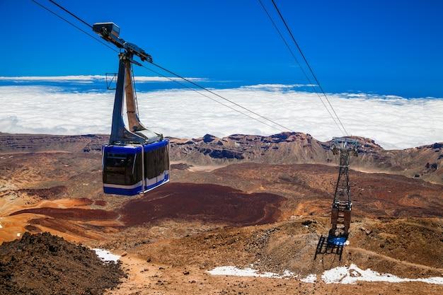 Kabelbaan op een kabelbaan naar de vulkaan teide in tenerife, canarische eilanden, spanje Premium Foto