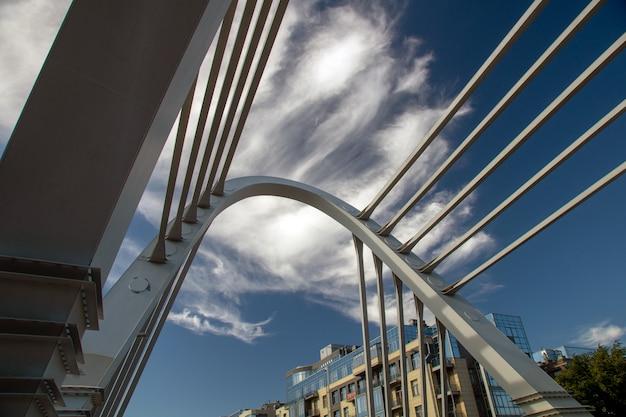 Kabelbrug in cityscape op een zonnige de zomerdag Premium Foto