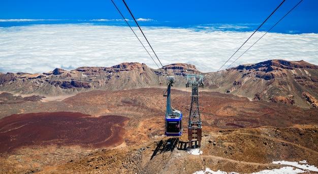 Kabelspoorweg gaat omhoog naar de vulkaan teide in tenerife, canarische eilanden, spanje Premium Foto