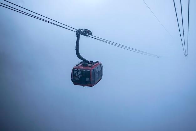 Kabelwagenmening over berglandschap bij fansipan-berg in sapa, Premium Foto