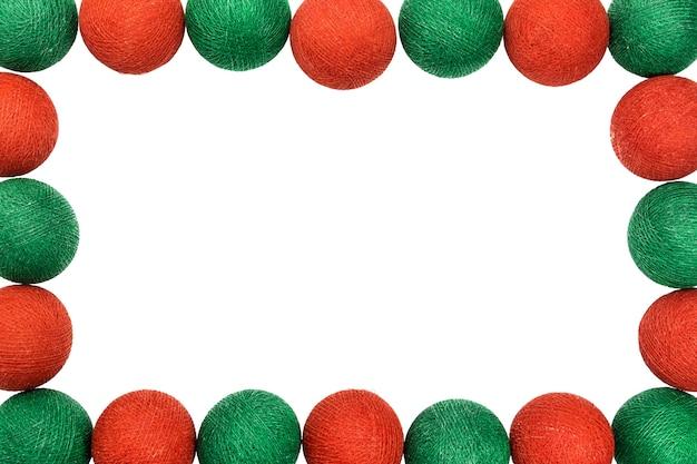 Kader rode en groene kerstmisbal die op witte achtergrond wordt geïsoleerd Premium Foto