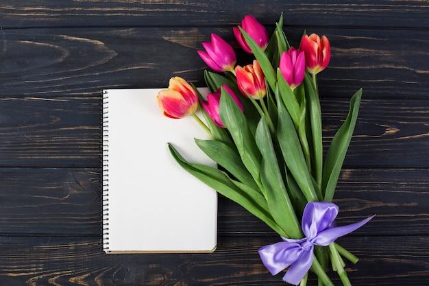 Kadernotitieboekje met boeket van bloemen Gratis Foto