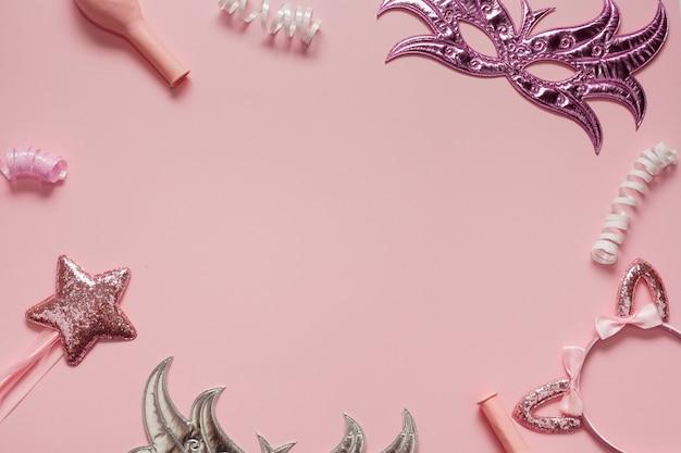 Kaderregeling van maskers en roze objecten Gratis Foto