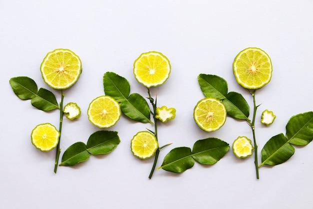 Kaffir limoen schijfje kruiden lokaal van azië Premium Foto