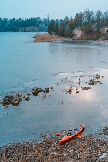 Kajak ligt op een wild strand van een wild meer Gratis Foto