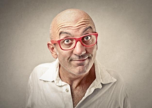 Kale man in rode bril Premium Foto