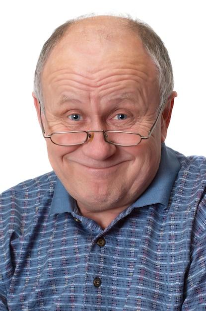 Kale senior man gek rond. Premium Foto