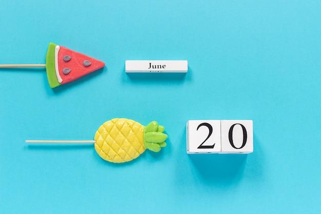 Kalender datum 20 juni en zomer fruit snoep ananas, watermeloen lollipopsd Premium Foto