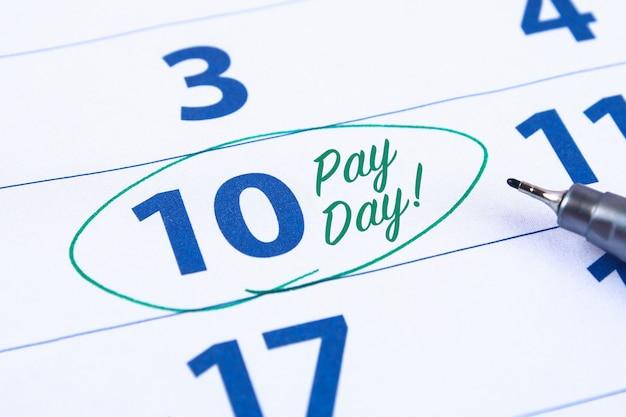 Kalender met marker cirkel in word betaaldag Premium Foto