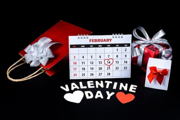 Kalender met rode hand geschreven hart hoogtepunt op 14 februari van saint valentines day Premium Foto
