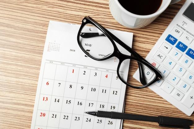 Kalender op houten tafel Premium Foto