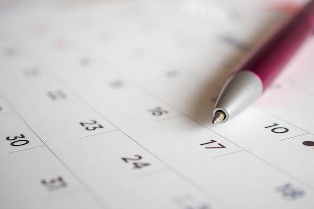 Kalenderpagina met penpunt op 17e datum Premium Foto