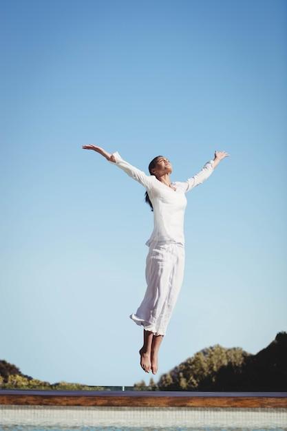 Kalm brunette dat in een zonnige dag springt Premium Foto