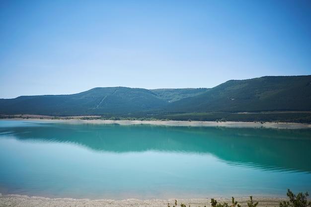 Kalme blauwe baai en heuvels Gratis Foto