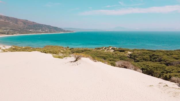 Kalme turquoise zee en verlaten strand Gratis Foto
