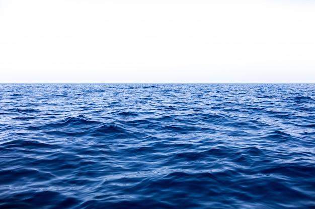 Kalme zee oceaan en blauwe hemelachtergrond Premium Foto