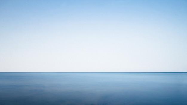 Kalme zee op een zonnige dag Gratis Foto