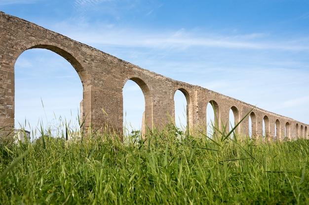 Kamares antiek aquaduct in larnaca, cyprus. oud romeins aquaduct Premium Foto