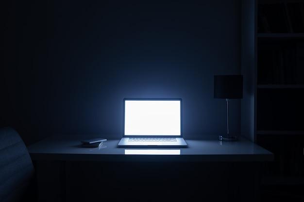 Kamer 's nachts verlicht door een computerscherm Premium Foto