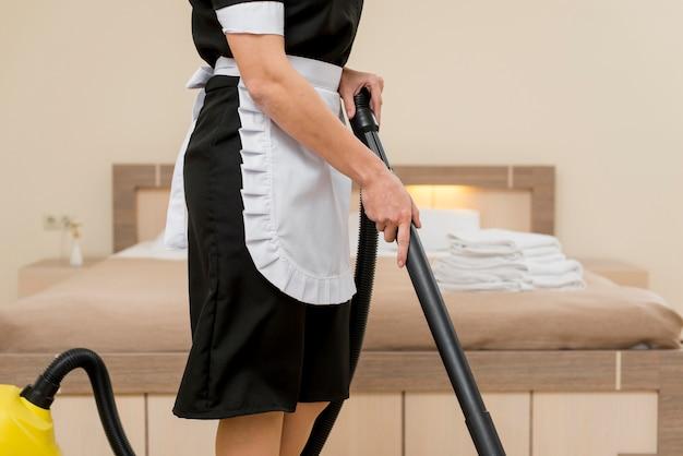 Kamermeisje die hotelkamer voorbereiden Gratis Foto