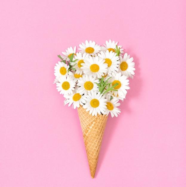 Kamille madeliefjebloemen roze papieren oppervlak floral plat lag Premium Foto