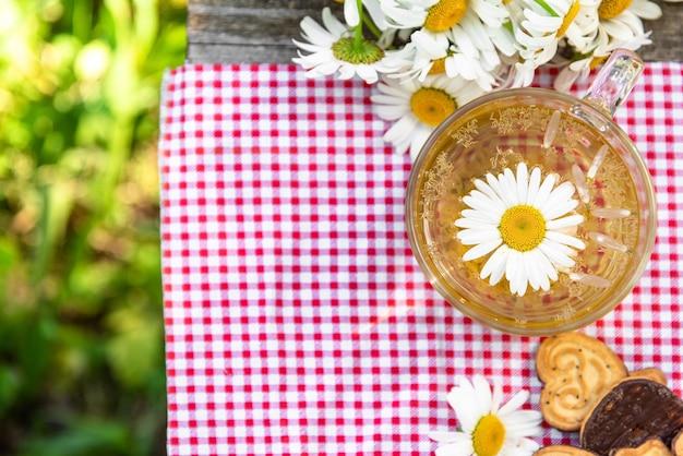 Kamille thee en koekjes voor het ontbijt. Premium Foto