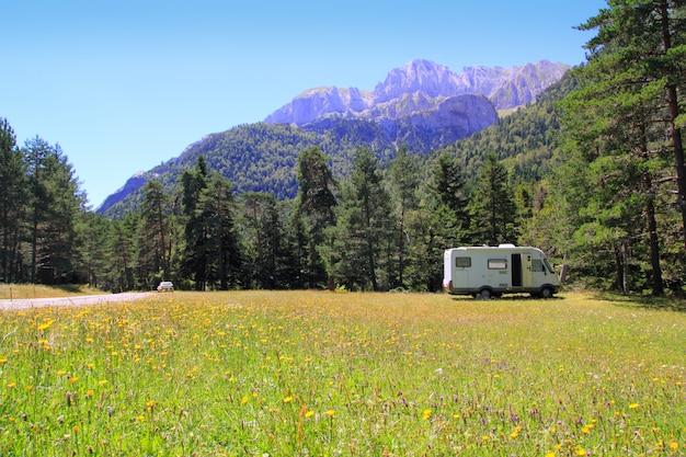 Kampeerauto autocaravan weide in de berg van de pyreneeën Premium Foto