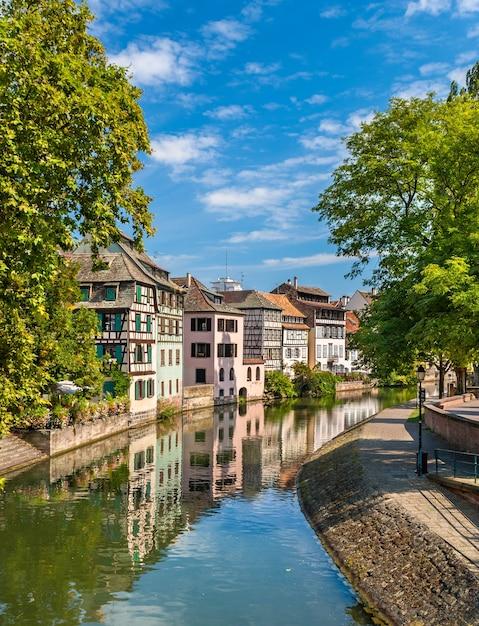 Kanaal in het petite france-gebied van straatsburg Premium Foto