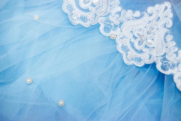 Kant op blauwe tule met kralen. een trouwjurk naaien. bruiloft concept Premium Foto