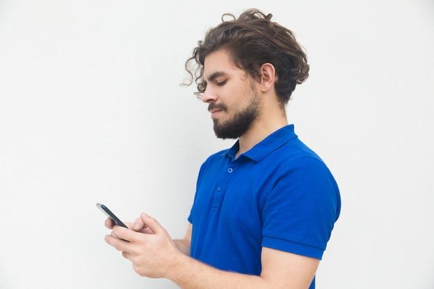 Kant van gericht man sms bericht op smartphone Gratis Foto