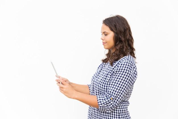 Kant van positief latijns-studentenmeisje die tablet gebruiken Gratis Foto