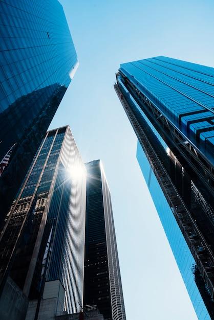 Kantoor gespiegelde hoge gebouwen Gratis Foto