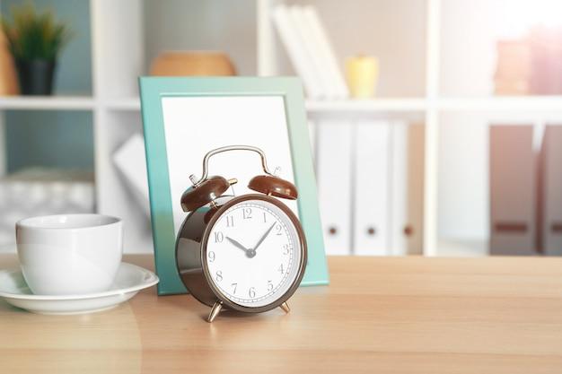 Kantoor interieur details met wekker en briefpapier items Premium Foto