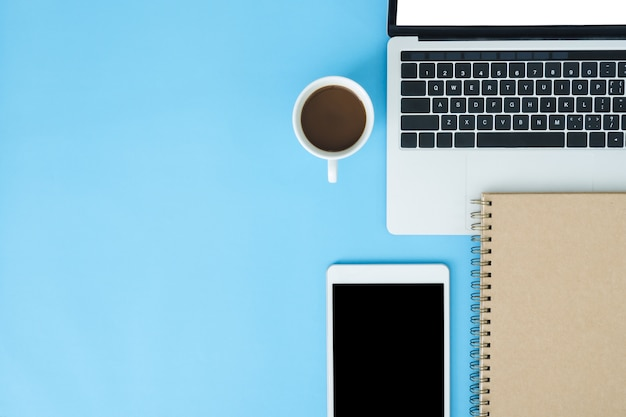 Kantoor werkruimte - flat lay-out mockup foto van werkruimte met laptop leggen Premium Foto