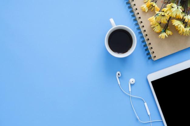 Kantoor werkruimte - plat leggen bovenaanzicht mockup foto van de werkruimte met smart-apparaat Premium Foto