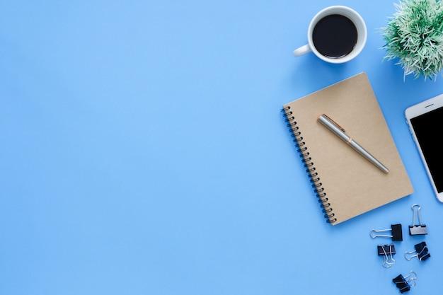 Kantoor werkruimte - plat leggen top weergave mockup foto van de werkruimte Premium Foto