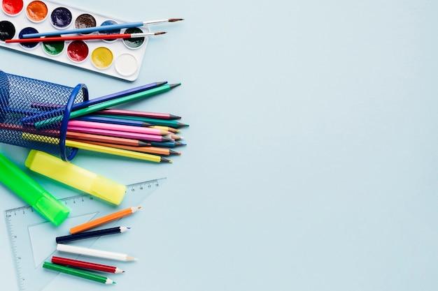 Kantoorbehoefteninstrumenten op blauwe achtergrond Gratis Foto