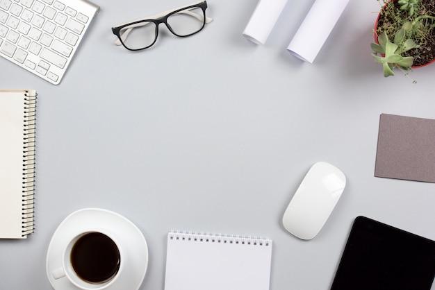 Kantoorbenodigdheden op grijs bureau met ruimte voor het schrijven van de tekst Gratis Foto