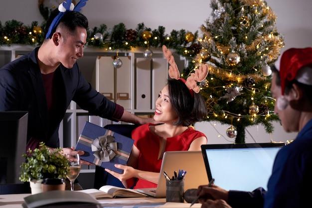 Kantoormedewerkers feliciteren elkaar met kerstmis Gratis Foto