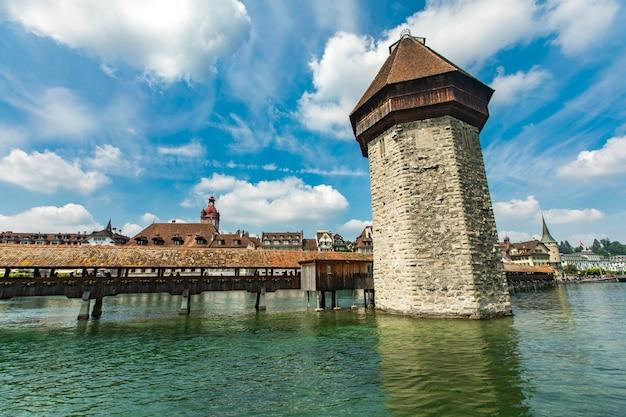 Kapelbrug en watertoren op de rivier reuss in luzern Premium Foto