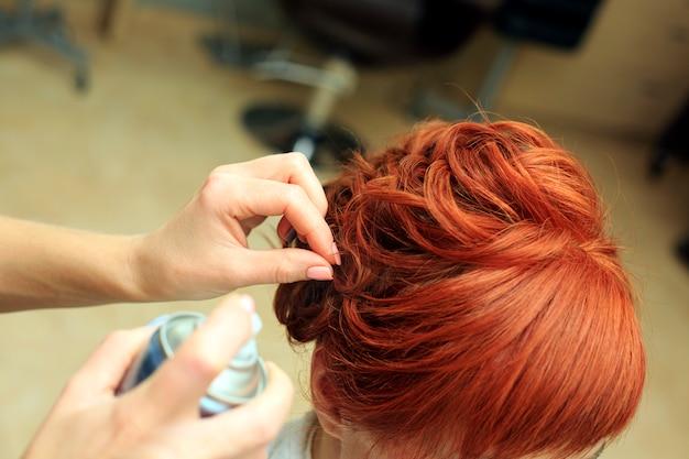 Kapper maakt mooie kapsel in de salon c Premium Foto