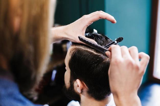 Kapper maakt schoon snijden voor het haar van de cuttin man Gratis Foto