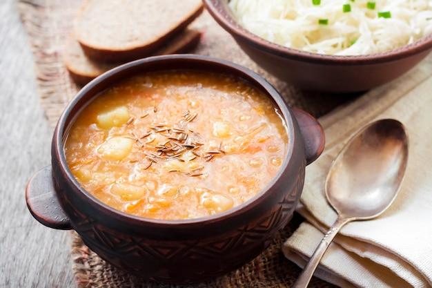 Kapustnyak, traditionele oekraïense wintersoep met zuurkool en gierst Premium Foto