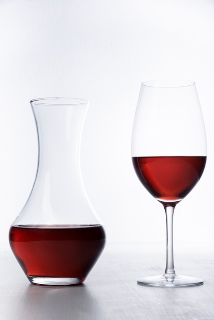 Karaf en glas wijnclose-up Gratis Foto