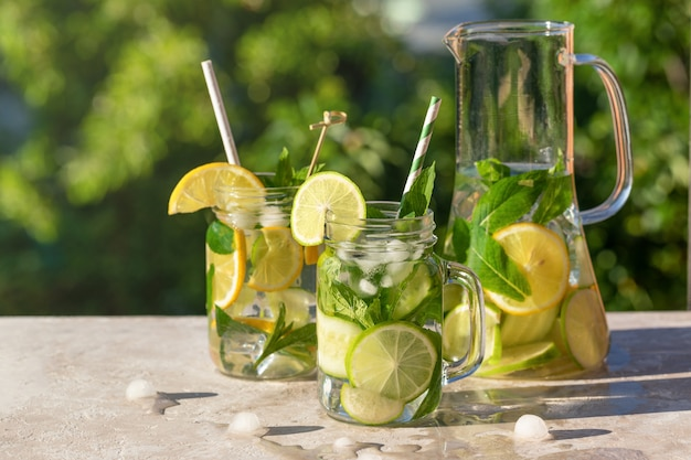 Karaf en twee glazen limonade Premium Foto