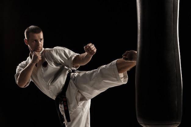 Karate kick in een bokszak Gratis Foto